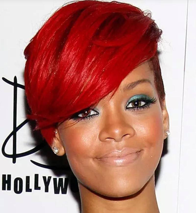 Tóc bob đỏ bốc lửa với mái dài một bên
