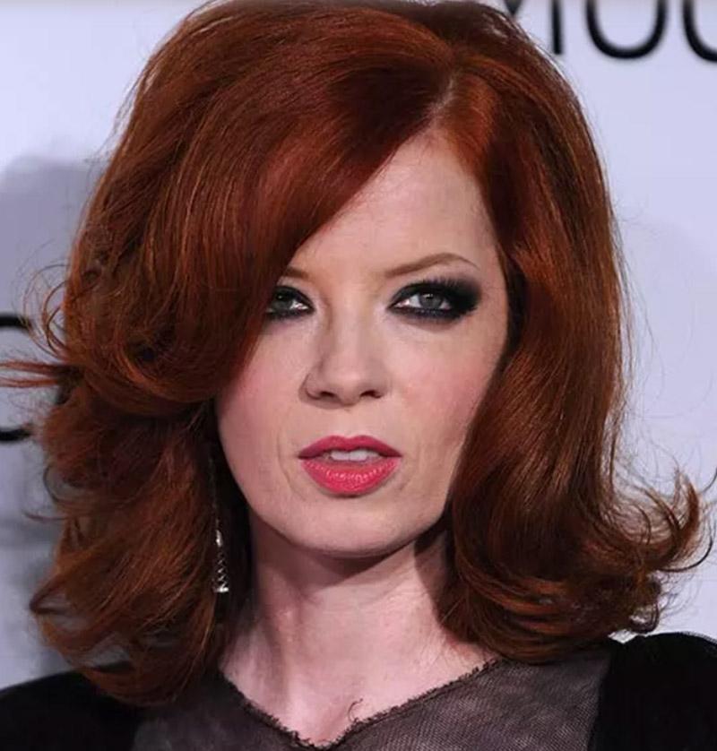 Tóc bob nâu đỏ với những lọn tóc xoăn hướng ra và mái xéo