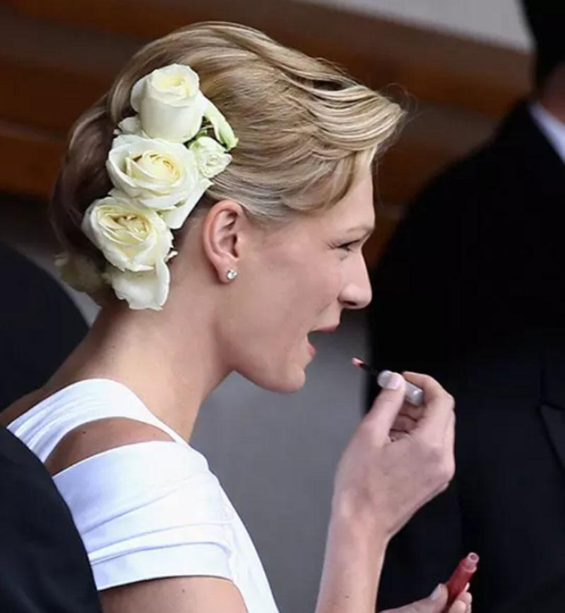 Tóc bob xếp chồng lên nhau kết hợp với hoa hồng