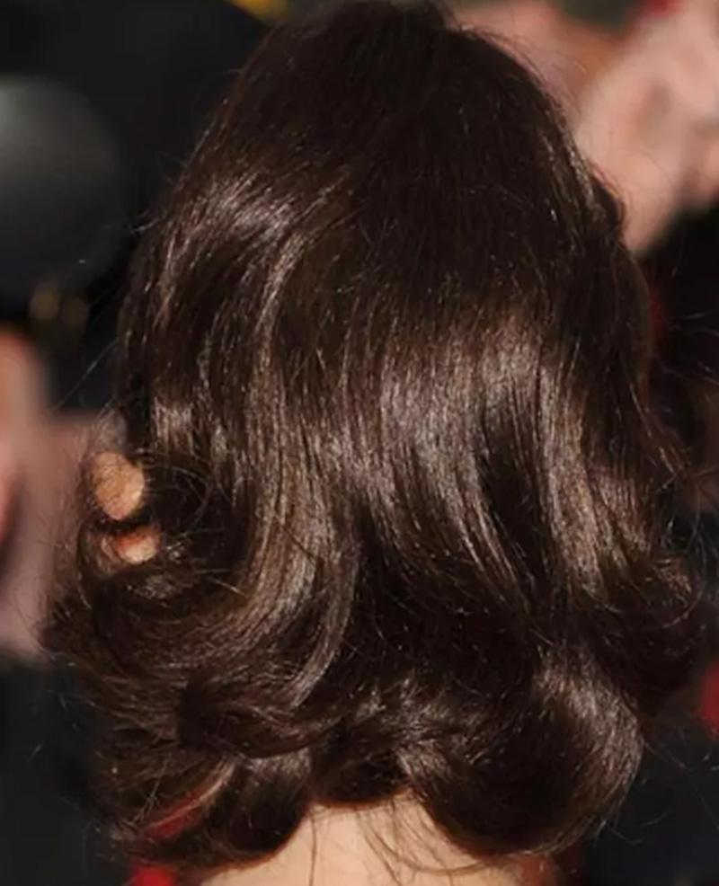 Tóc đuôi ngựa buộc cao, nhuộm màu nâu Brunette sáng bóng