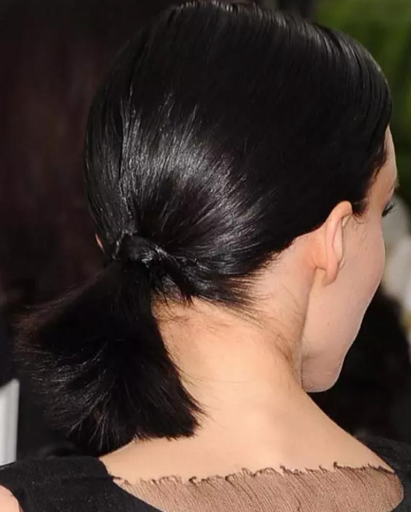 Tóc đuôi ngựa buộc thấp, nhuộm màu đen