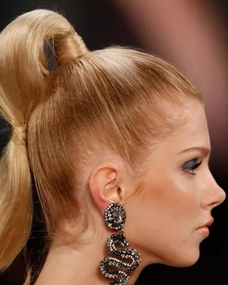 Tóc đuôi ngựa buộc trên đỉnh đầu với 2 thắt nút