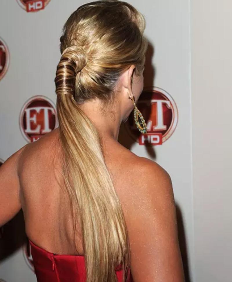 Tóc đuôi ngựa phồng với tóc quấn bao quanh