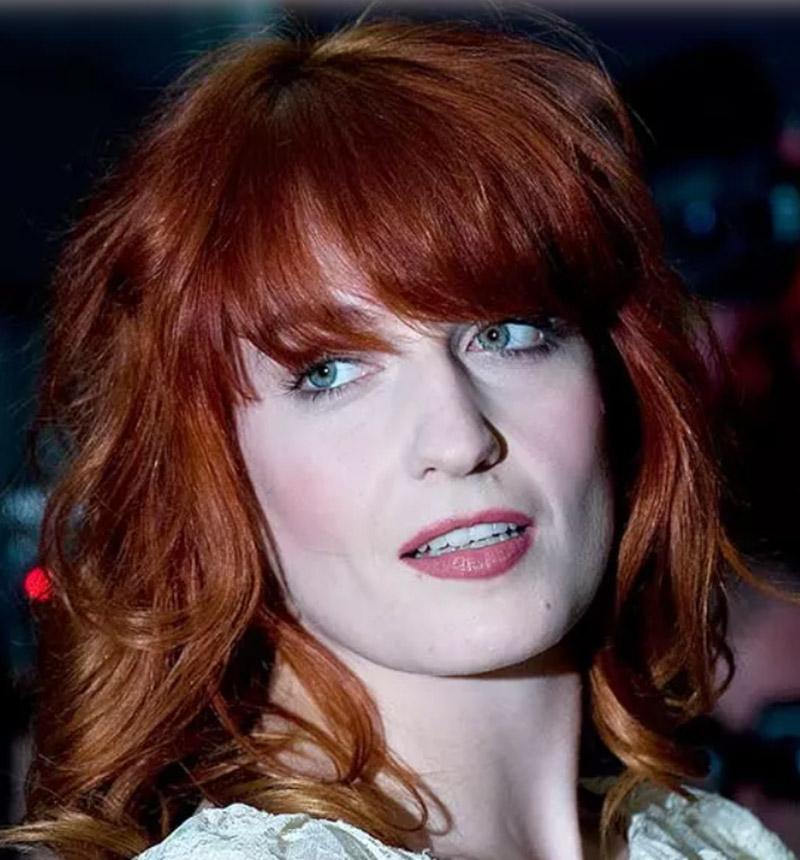 Tóc mái ngang với đỉnh tóc nâu đỏ rối và đuôi tóc vàng xoăn