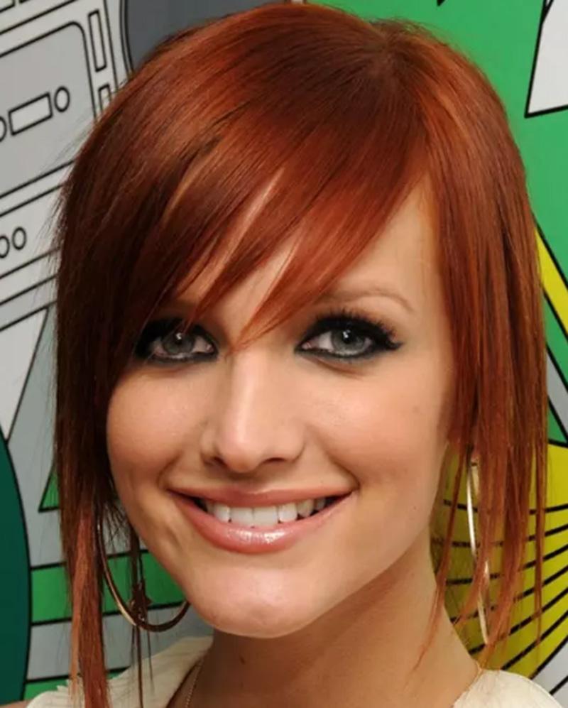 Tóc nhuộm đỏ với phần mái sắc sảo được tạo kiểu dài ở hai bên