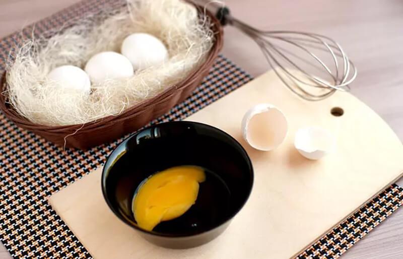 Mặt nạ ủ tóc làm từ trứng và dầu ô liu