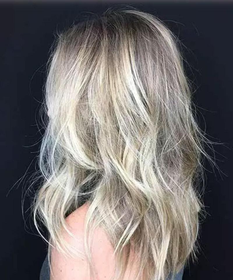 Chân tóc màu tối kết hợp với highlight sáng và mái tóc có kết cấu