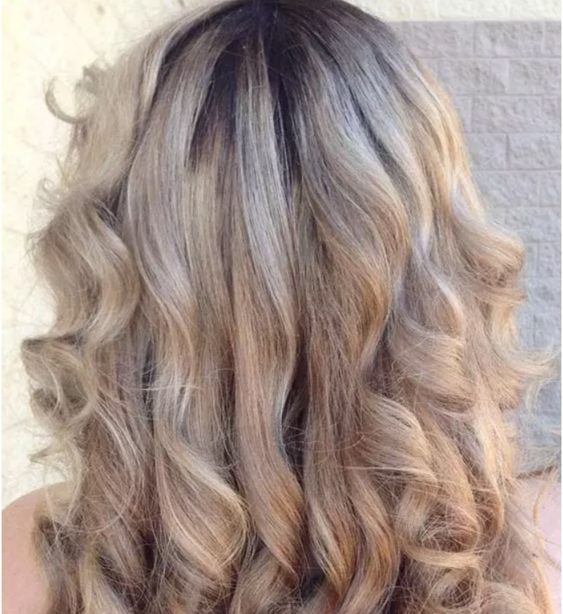 Kiểu tóc nhuộm màu vàng tro với phần chân tóc nhuộm màu tối