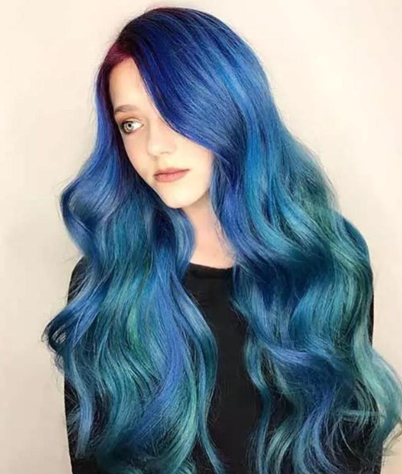 Kiểu tóc uốn sóng nhuộm màu xanh mơ