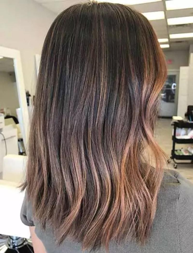 Màu ombre ấm áp trên mái tóc sẫm màu