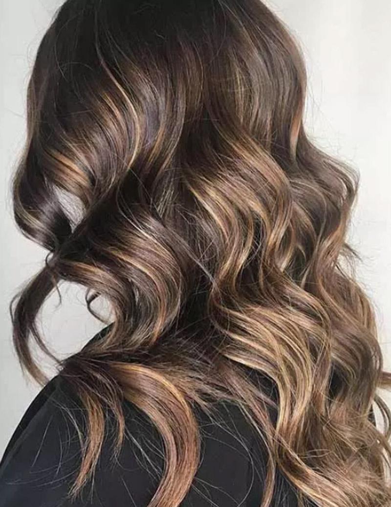 Tone vàng nổi bật trên mái tóc nâu hạt dẻ