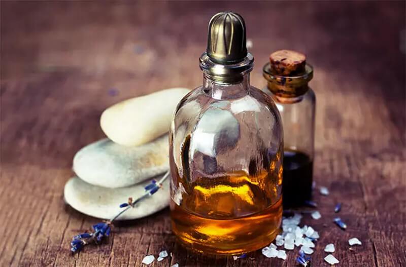 Chuẩn bị tinh dầu thảo dược massage da đầu