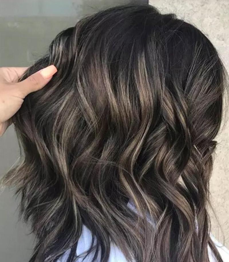 Kiểu tóc nhuộm vàng Blonde nổi bật trên mái tóc đen