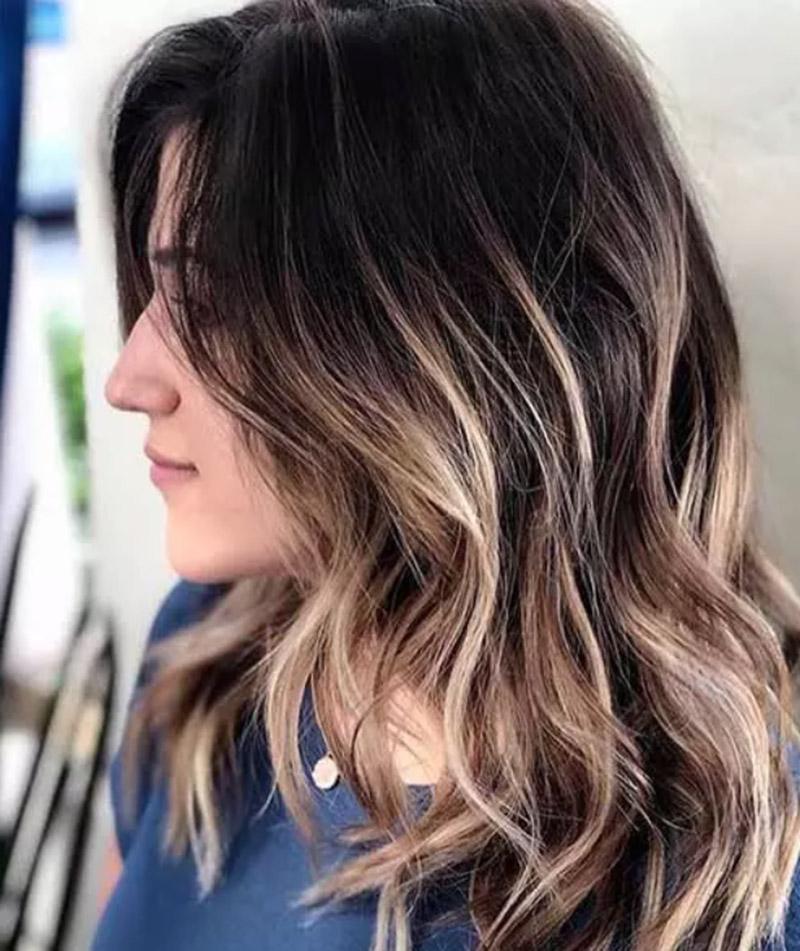 Nhuộm kiểu balayage vàng trên nền tóc nâu