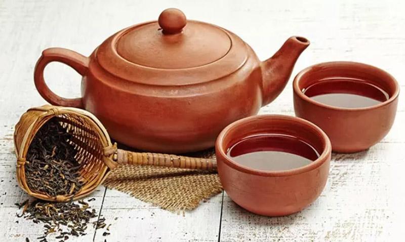 Bước 1: Đun sôi lá trà đen