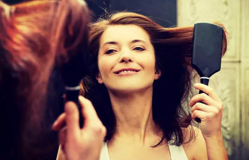Chải tóc trước khi nhuộm