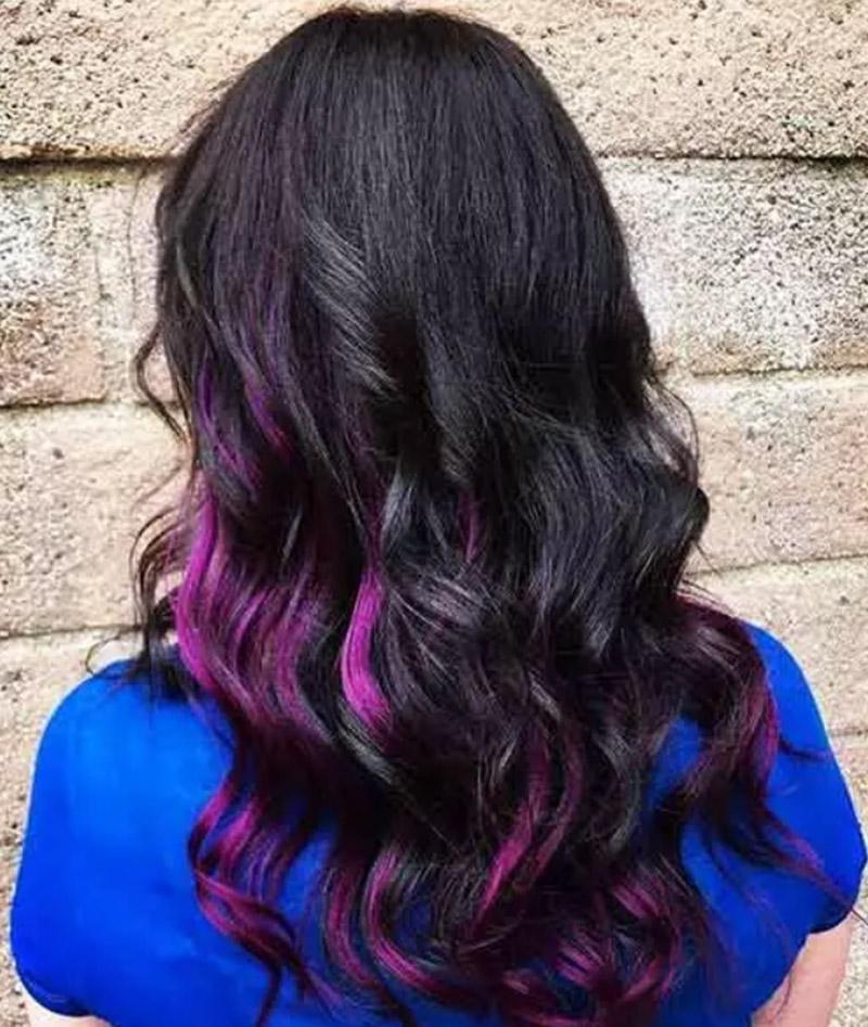 Kiểu tóc đen huyền với phần đuôi ánh tím nổi bật