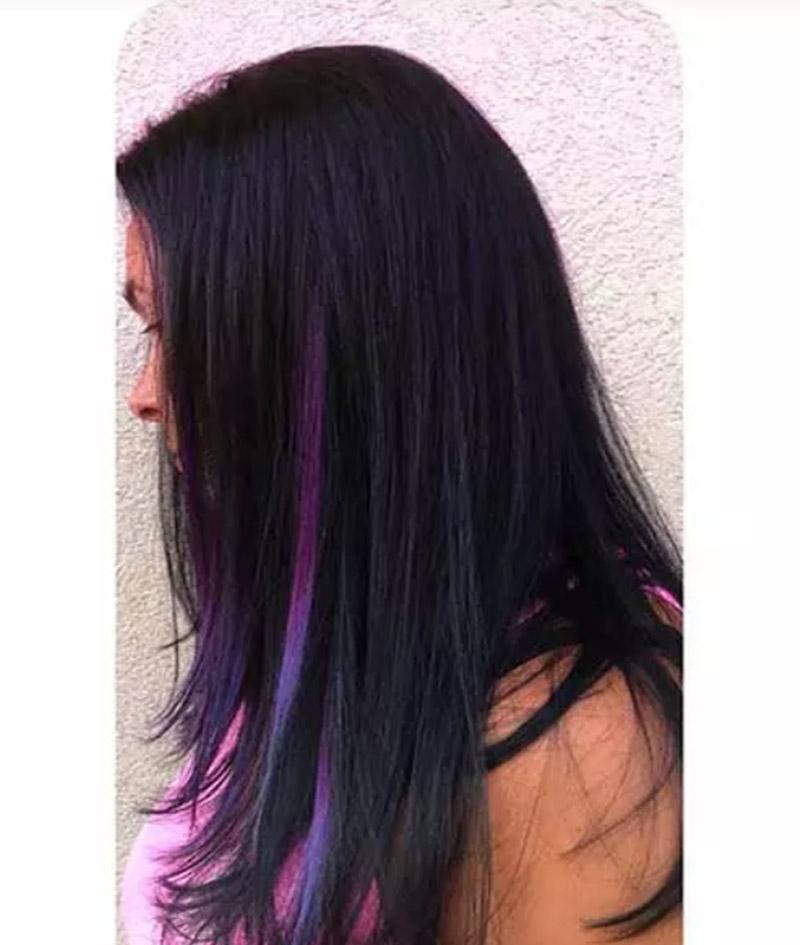 Kiểu tóc đen thẳng dài với một vài lọn tóc tím nổi bật