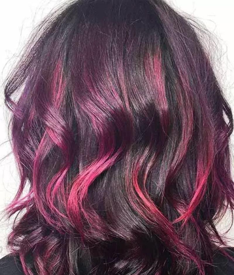 Kiểu tóc hòa phối giữa màu tím và màu đỏ tươi