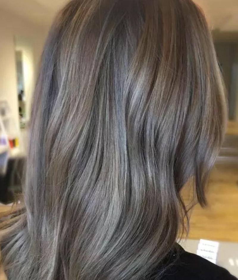 Kiểu tóc nhuộm màu vàng tro Bronde