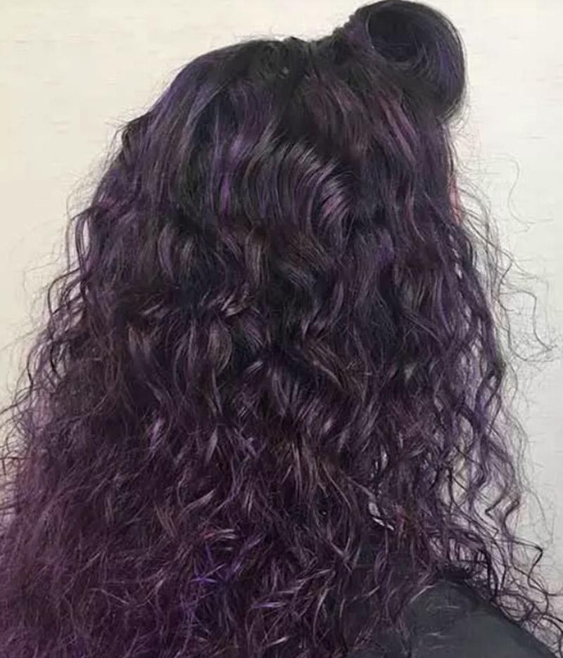 Kiểu tóc xoăn dài với màu tím nổi bật