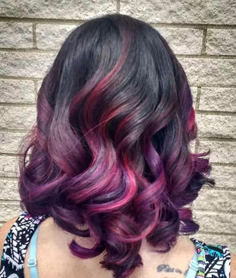 Kiểu tóc xoăn lọn phối tím và hồng neon