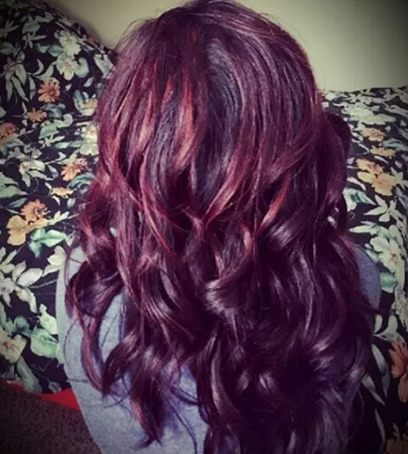 Màu đen hoặc nâu đen với đỏ burgundy