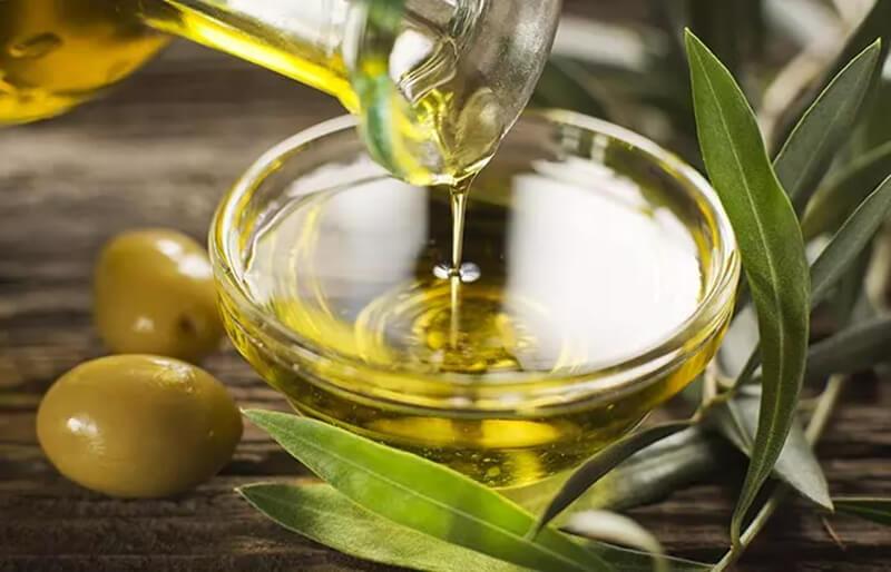 Sử dụng tinh dầu trà với dầu ô liu